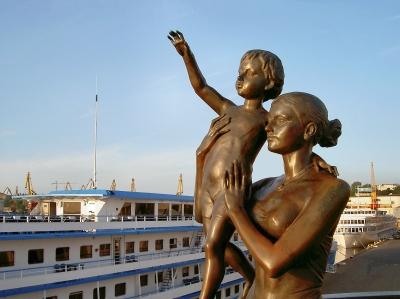 skulptur eine ukrainische frau mit kind